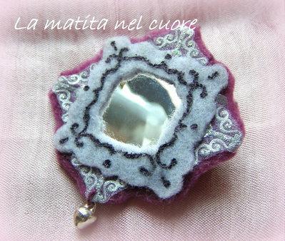 Calamita specchietto stile vittoriano feltro violetto e grigio con sonaglino argentato