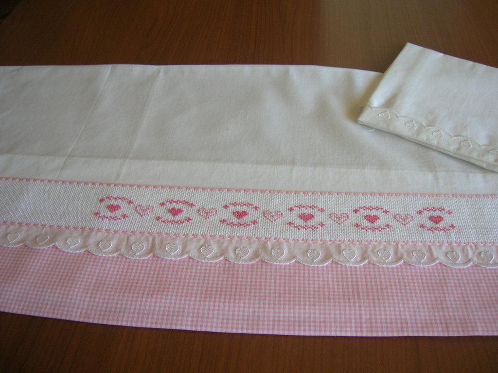 Lenzuolino per culla realizzato a mano e ricamato a punto for Ricami punto croce per lenzuolini