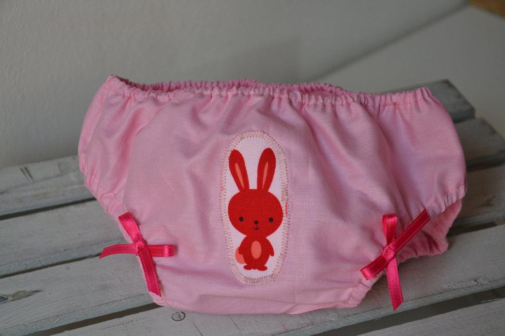 Mutandina copri pannolino rosa con coniglietti e fiocchetti, in tessuto naturale fatto a mano