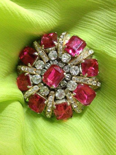 Spilla con strass color rubino e cristalli