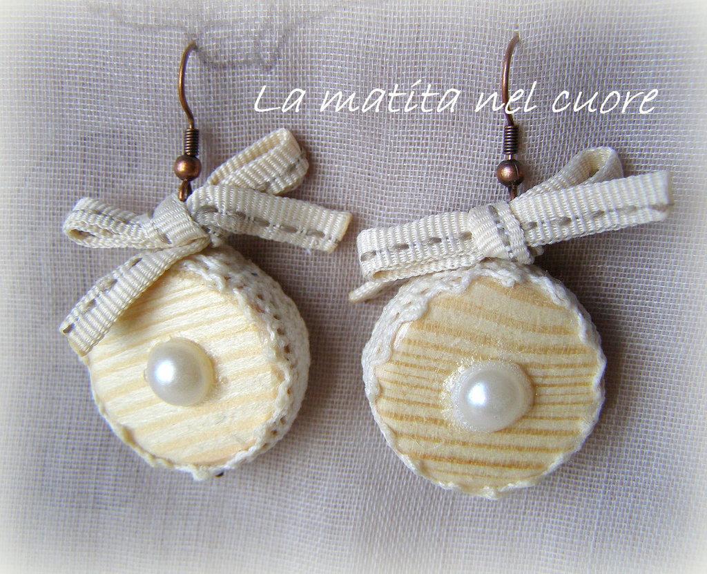Orecchini shabby chic rotondi in legno, pizzo e fiocco di cotone e mezze perle