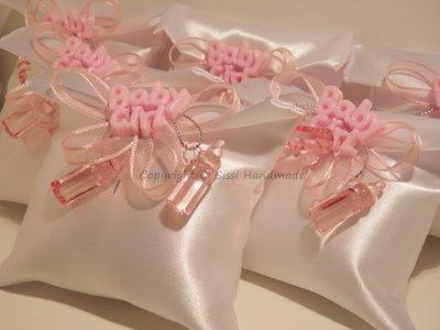 Bomboniere (x10) nascita semplici, cuscino in raso bianco e decorazioni con biberon e nastrini rosa