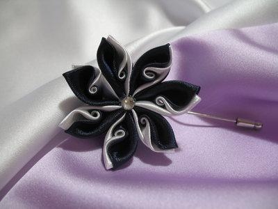 Idea Regalo Spilla con decoro fiore kanzashi blu e bianco. Linea Blue Chic