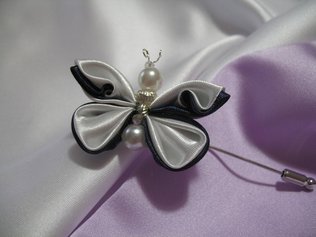 Spilla con decoro kanzashi blu e bianco a forma di farfalla. Linea Blue Chic