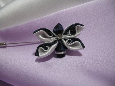 Spilla con decoro farfalla kanzashi, colori blu e bianco. Linea Blue Chic