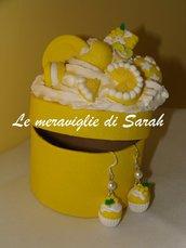 """Orecchini """"Muffin con mimosa"""" in fimo più scatola portagioie decorata con dolcini in fimo"""