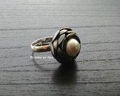 Anello con bottone vintage in metallo argentato  brunito a forma di fiore con perla