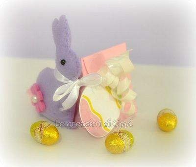 Scatola regalo con conigli di pasqua in pannolenci.