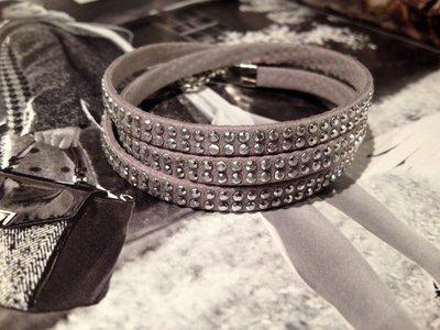 Braccialetto alcantara grigio e borchiette argento