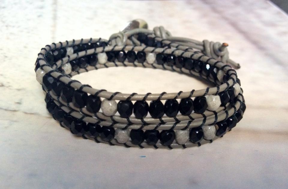 Chan luu 2 giri su cuoio grigio e filo nero