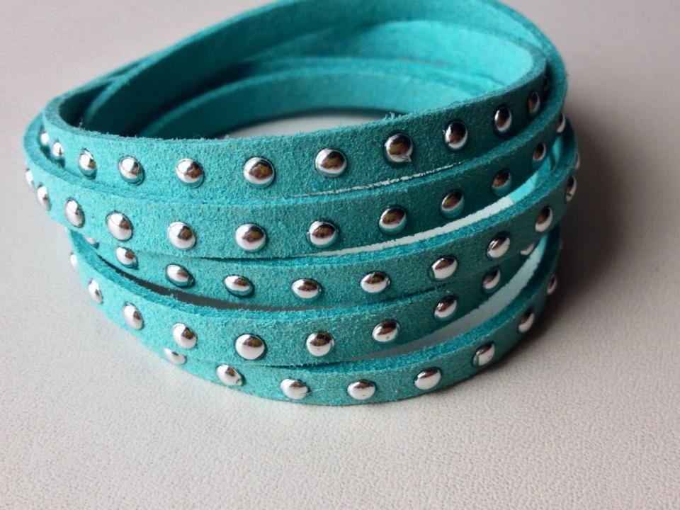 Braccialetto alcantara azzurro e borchiette argento grandi