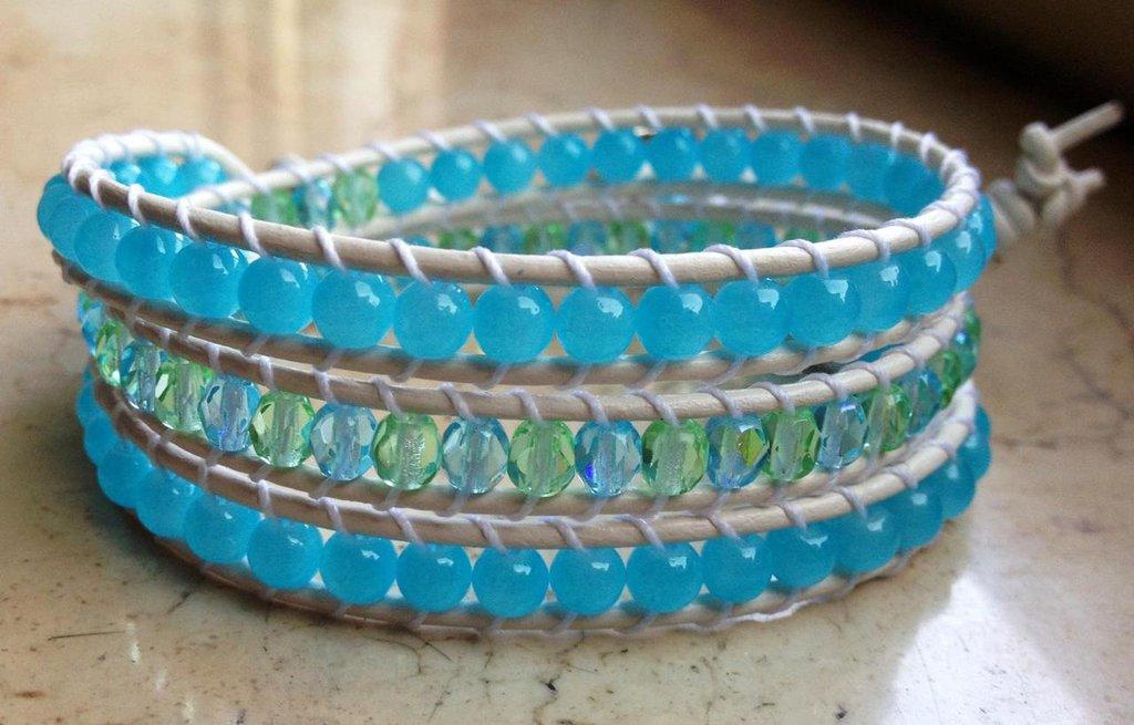 Chan luu 3 giri bianco, con perline di vetro azzurro verde