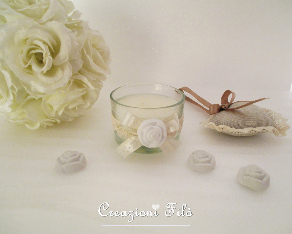 Candela alla vaniglia con vasetto in vetro decorato con pizzi e gessetto profumato