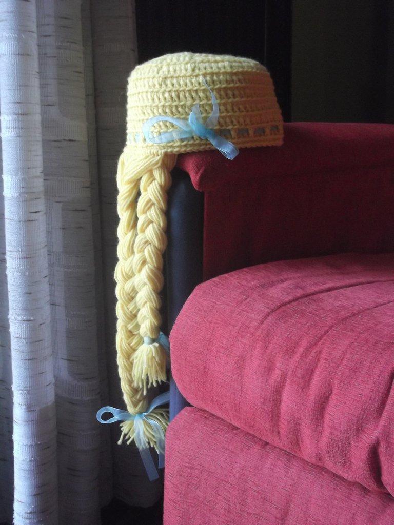 Cappello berretto bambina in lana gialla con lunghe trecce e nastrino azzurro