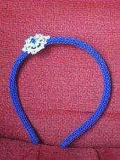 Cerchietto capelli bambina rivestito all'uncinetto color blu con applicazione bianca