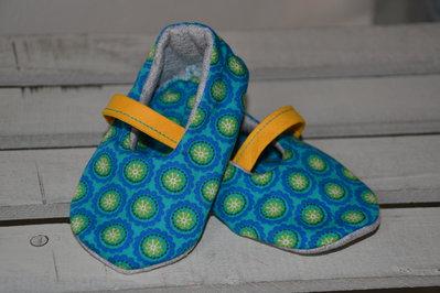 Scarpine neonato azzurre in tessuto naturale fatte a mano