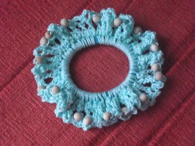 Elastico per capelli riccamente rivestito all'uncinetto e decorato con perline in legno