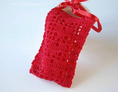Bomboniera portaconfetti per laurea - sacchettino rosso con cuori ad uncinetto
