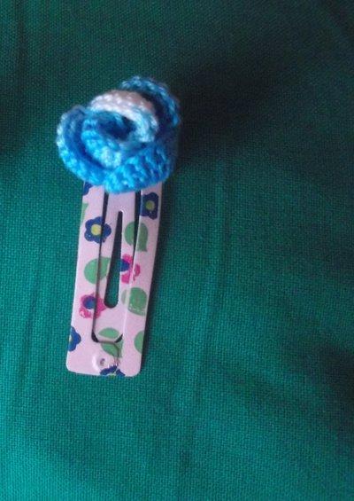 Mollette clip per capelli decorate con fiori all'uncinetto, colori vari.