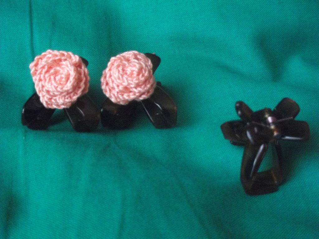 Mollette pinze per capelli decorate con rose di cotone all'uncinetto