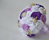 *Bouquet da sposa di raso bianco e lillac  con perline e diamanti*
