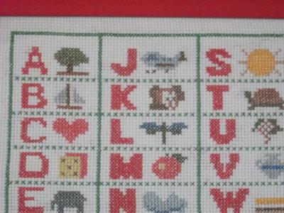 Ricamo a punto croce alfabeto incorniciato per cameretta for Ricamo punto croce alfabeto
