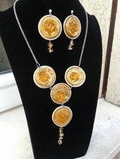 Collana e orecchi color cristallo oro