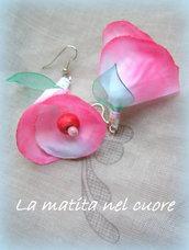 orecchini primavera in fiore  petali sfumati in rosa foglie in plastica pet e perline