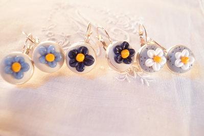 Orechini grigio a fiore,  pendenti, orecchini con fiore, fiore blu, fiore bianco, fiore celeste