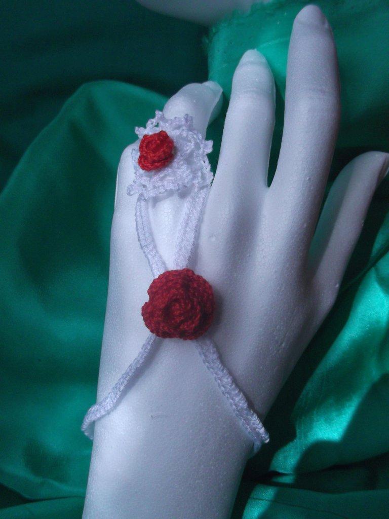 Bracciale braccialetto con anello, tipo schiava, bianco con rose rosse, all'uncinetto