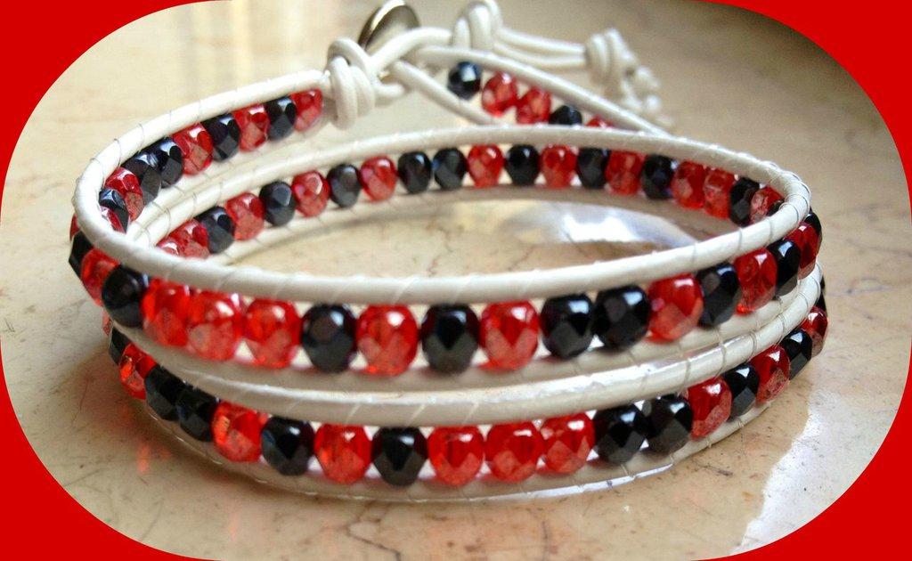 Chan luu 2 giri bianco e semicristalli rossi e blu