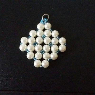 Ciondolo per collana con perle bianche e perline azzurre