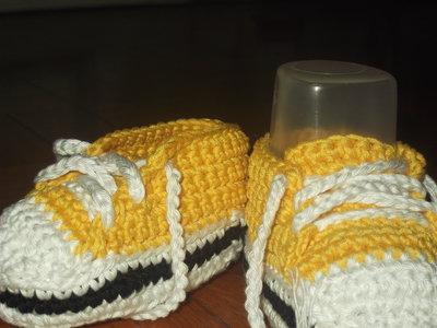 Scarpine da ginnastica all'uncinetto per neonato gialle