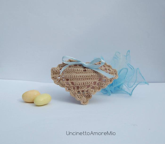 Sacchettino portaconfetti cuore ad uncinetto filet  - bomboniera per nascita e battesimo