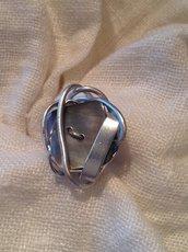Anello con bottone in madreperla grigio e alluminio