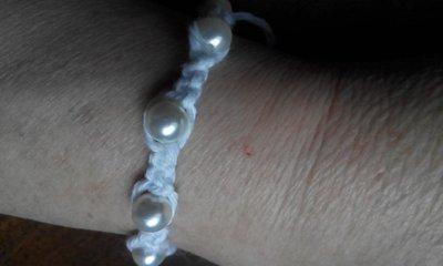 Braccialetto makramé decorato con perle
