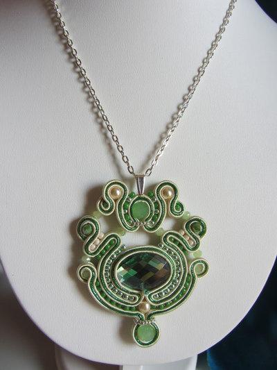 Collana ciondolo a soutache nei colori avorio e verde smeraldo