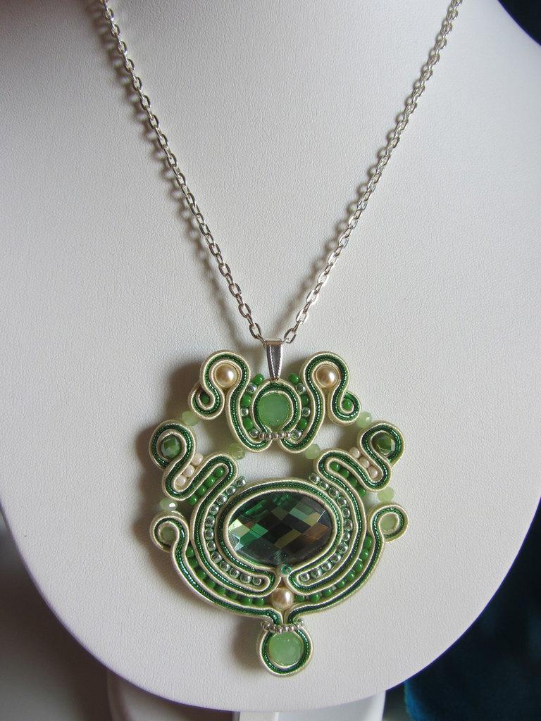 Favoloso Collana ciondolo a soutache nei colori avorio e verde smeraldo  XX43