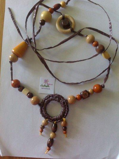 Collana in legno e raffia sintetica