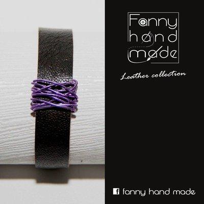 Bracciale in pelle  nera con decoro in filo di alluminio viola