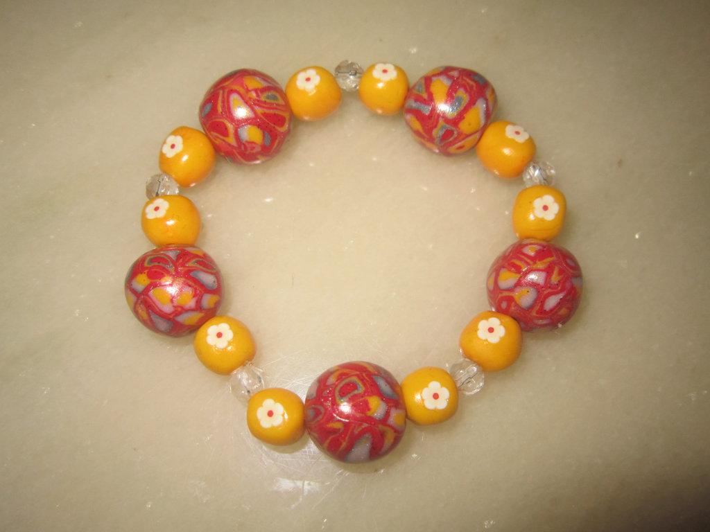 Bracciale elastico con perle in fimo e perline trasparenti