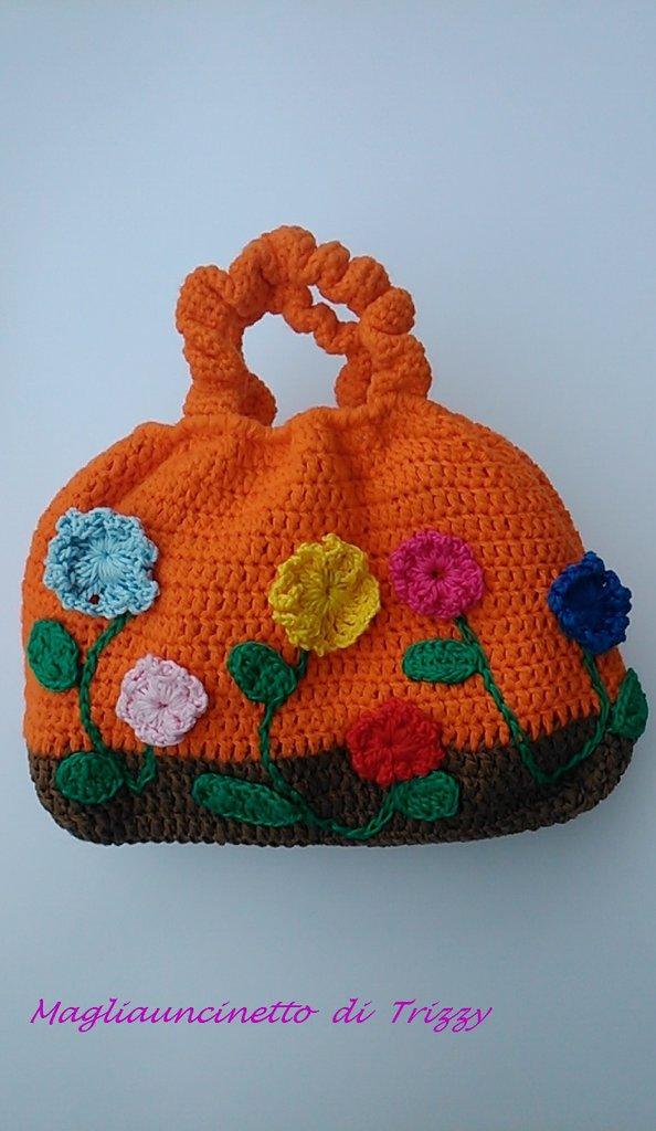 Borsa arancione con fiori colorati fatta ad uncinetto