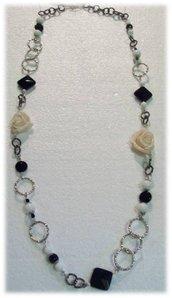 collana con rose bianche