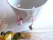 Orecchini con pendenti tazza in porcellana miniatura torta panna e fragola con perle in cristallo sfaccettato