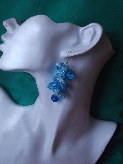 Orecchini pendenti a torciglione azzurri all'uncinetto con doppia perla finale