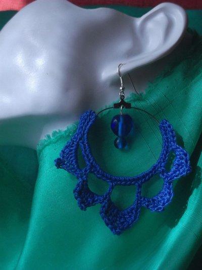 Orecchini all'uncinetto pendenti blu a cerchio con perle centrali