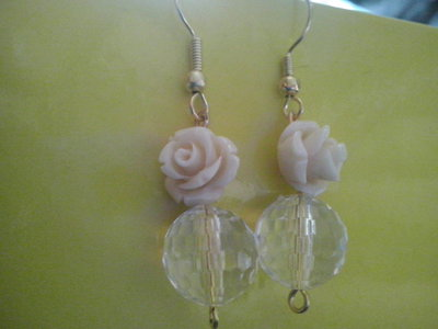 Orecchini con rosa e perle trasparenti