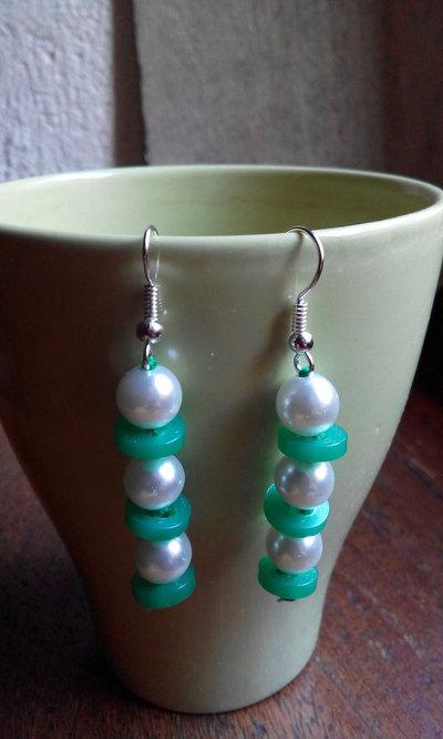 Orecchini pendenti con bottoni semplici verdi e perle