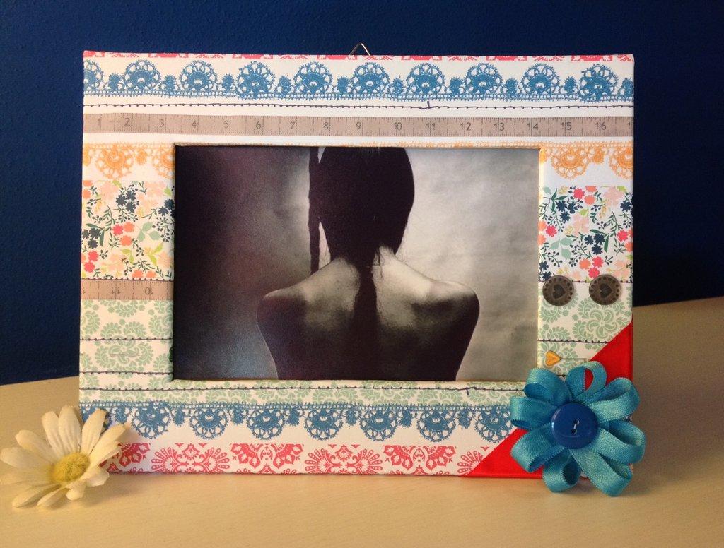 Cornice di cartone stile vintage colorata con fiocco blu