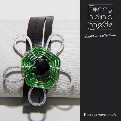 Bracciale in pelle  nera con decoro floreale in filo di alluminio